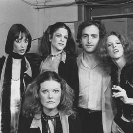 Shelley Duvall, Jane Curtin, Gilda Radner, producer Lorne Michaels, and Laraine Newman. Courtesy of Edie Baskin.
