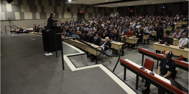 Secretary of Energy Rick Perry praises SLAC researchers, talks energy obstacles